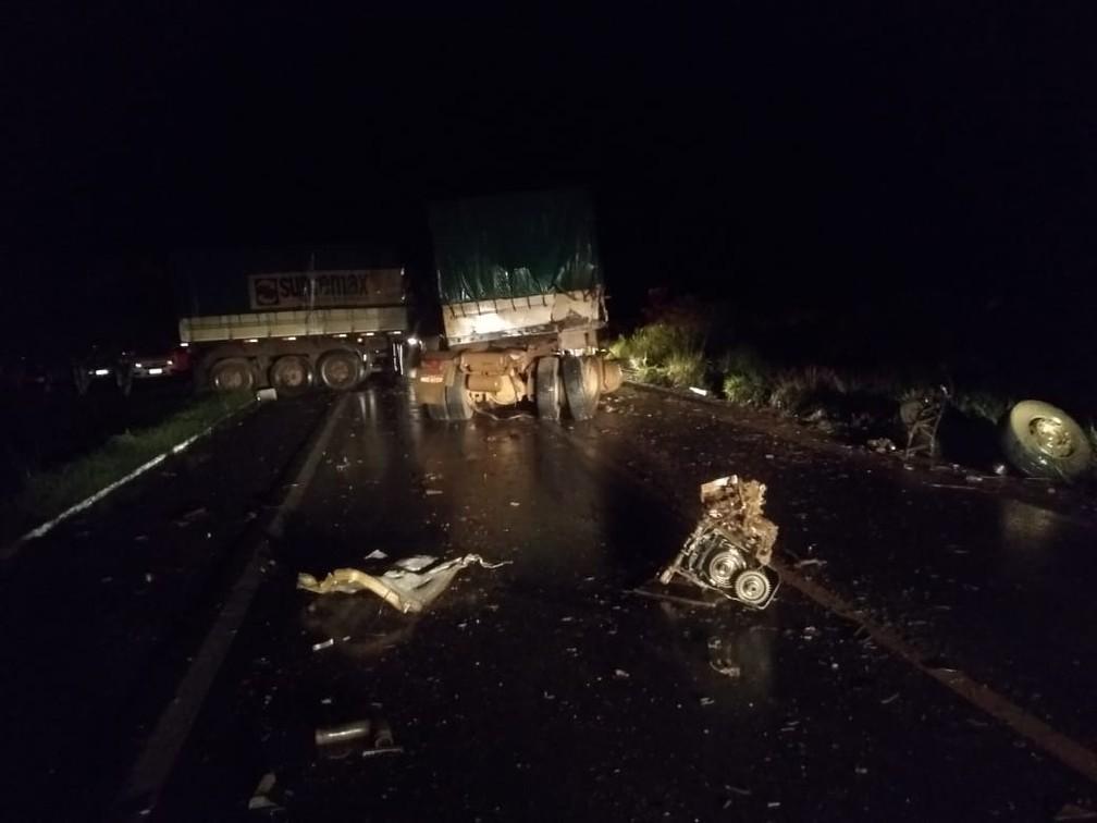 Peças dos veículos envolvidos no acidente ficaram espalhadas pela pista — Foto: Rômulo Azevedo/Arquivo Pessoal