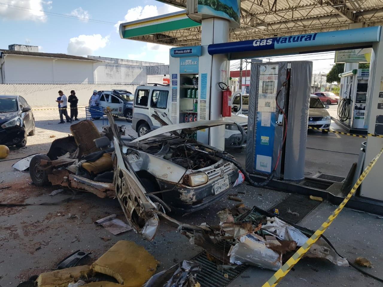 Carro a gás natural explode durante abastecimento; veja vídeo