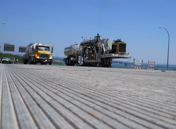 As ranhuras no solo aumentam a estabilidade dos veículos (Foto: Equiment World's Better Roads / Reprodução)