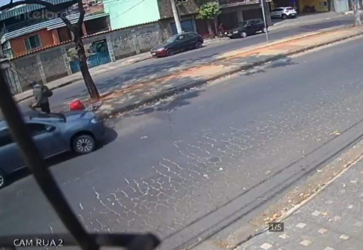Ciclista se salva de atropelamento em ciclofaixa apagada no bairro Glória, em BH; veja vídeo