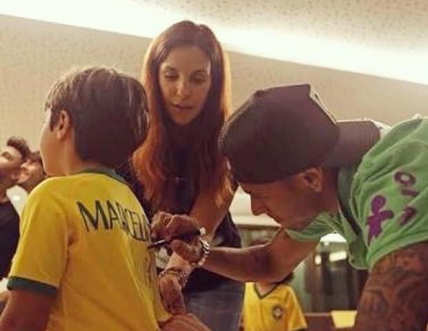 Neymar assina camiseta de Marcelo, filho de Ivete (Foto: Reprodução/Instagram)