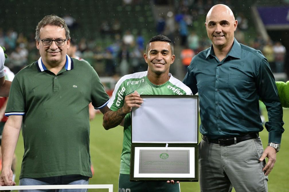 Dudu foi homenageado quando completou 300 jogos pelo Palmeiras — Foto: Marcos Ribolli