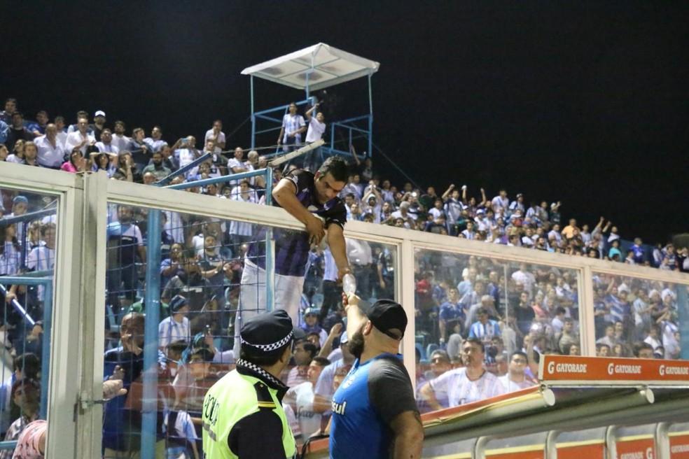Massagista do Grêmio dá água para torcedor — Foto: Eduardo Moura