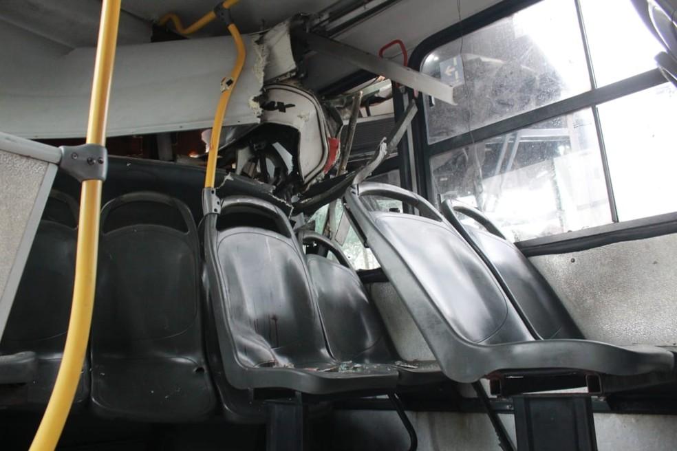 Colisão entre dois ônibus deixa mais de 10 feridos
