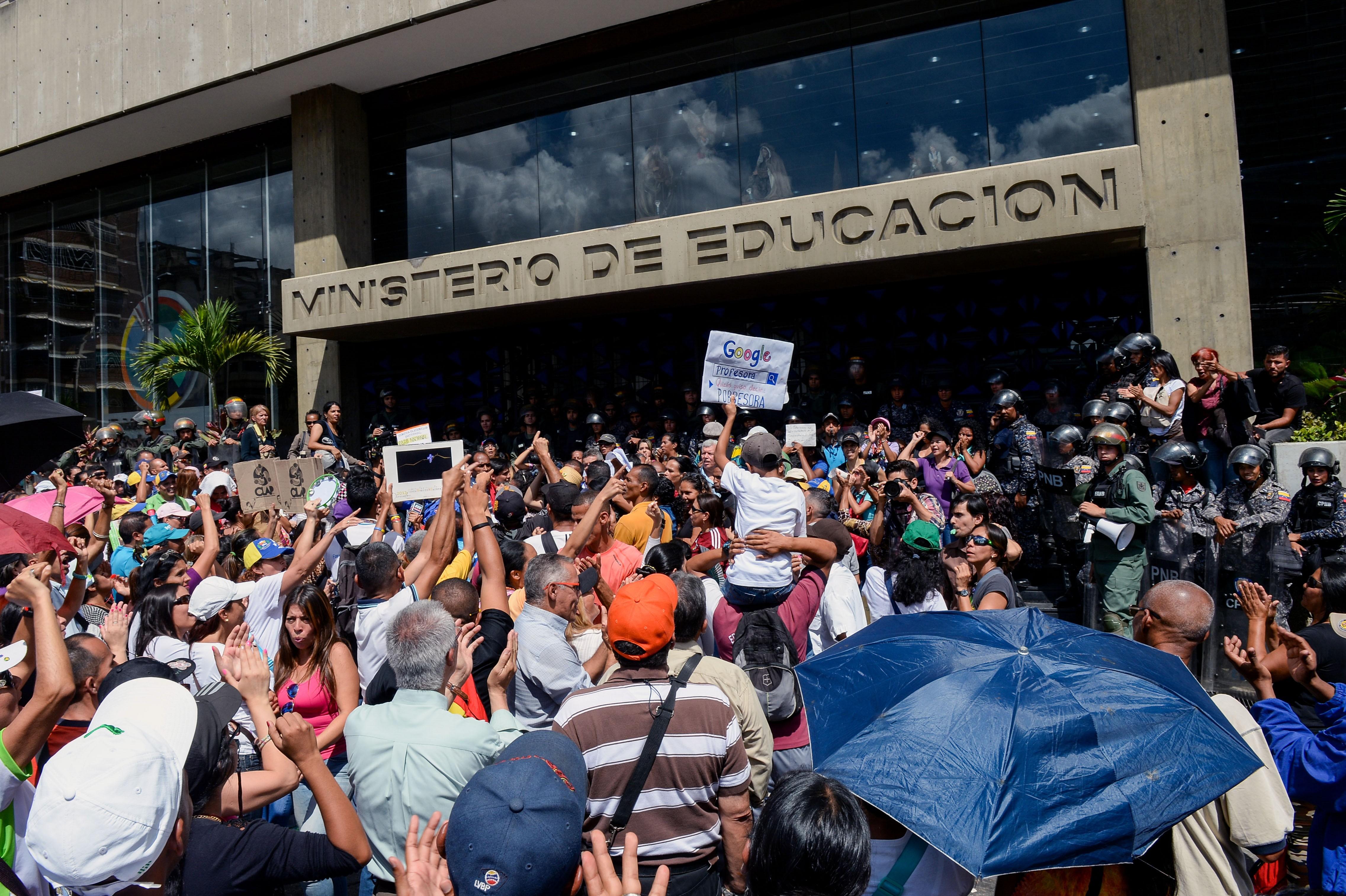 Com salário mínimo de R$ 104,31, professores protestam por aumento na Venezuela