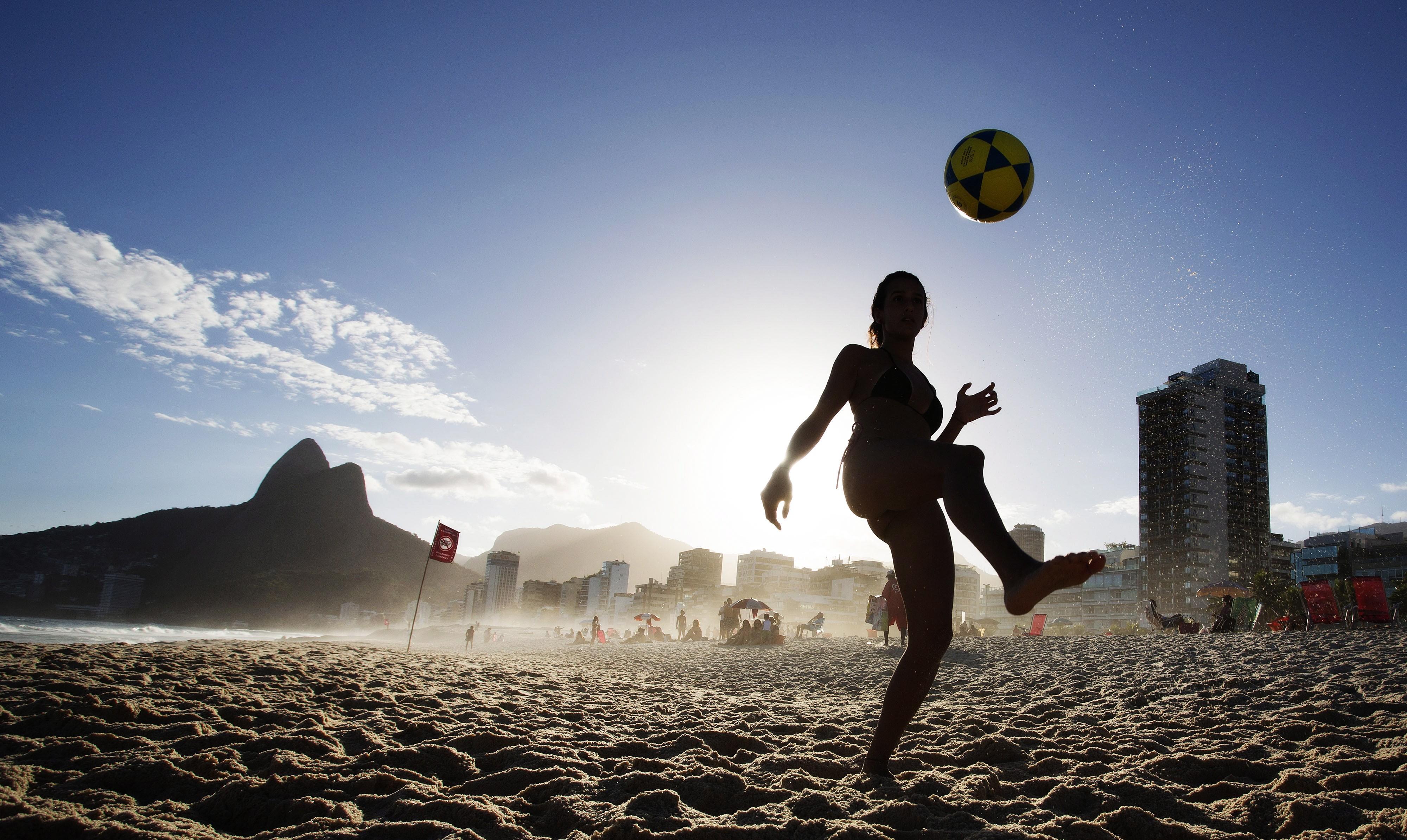 Mulher joga altinha em praia carioca