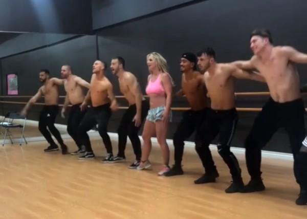 Britney Spears e dançarinos (Foto: Instagram)