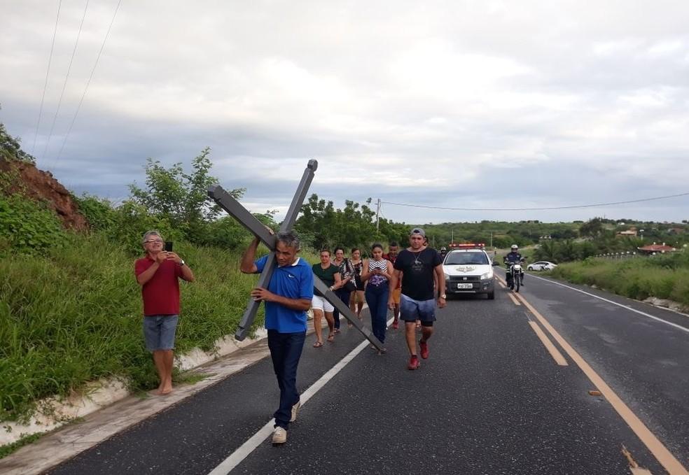 Francisco de Assis Leal de Siqueira, 52, fez promessa para carregar cruz caso Barragem Quixeramobim, no Ceará, enchesse com as chuvas. (Foto: Fernando Ivo/O Sertão é Notícia)