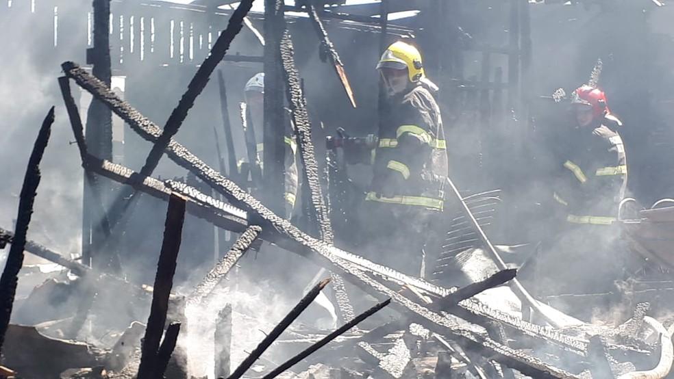 Bombeiros apagaram o fogo — Foto: Corpo de Bombeiros-MT/Divulgação