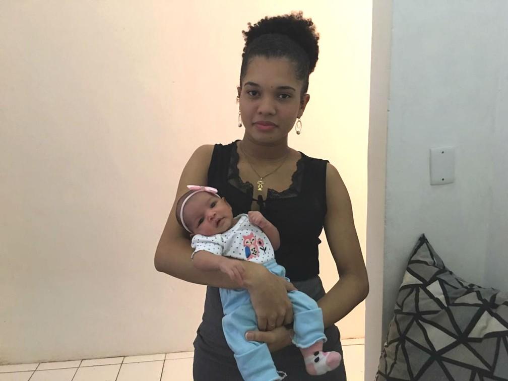 Simoni carrega a filha Aurora — Foto: Alan Oliveira/G1
