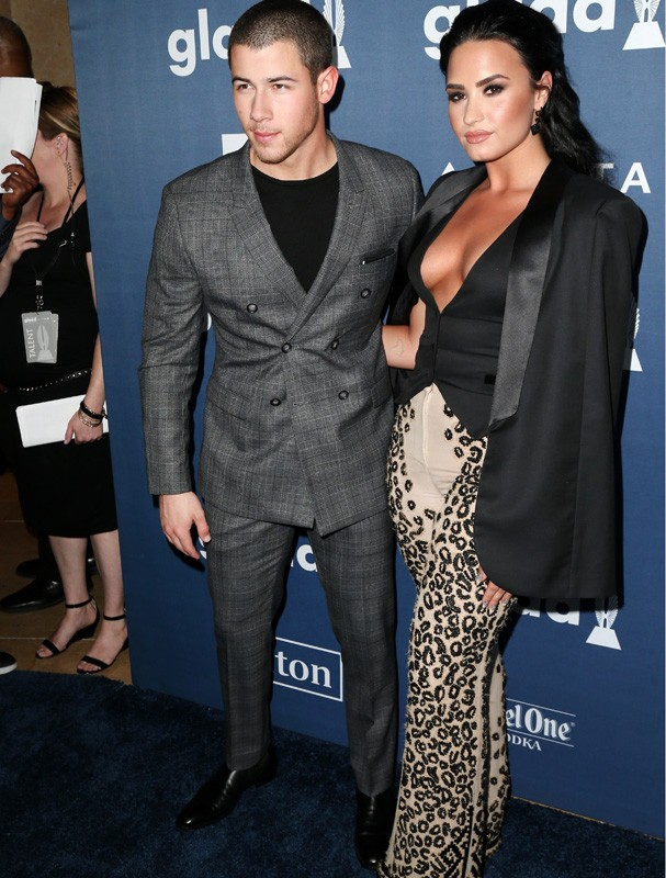 Demi Lovato e Nick Jonas no GLAAD Awards (Foto: Getty Images)
