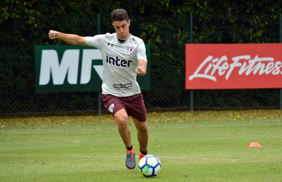 Shaylon renova contrato com o São Paulo (Foto: Érico Leonan / saopaulofc.net)