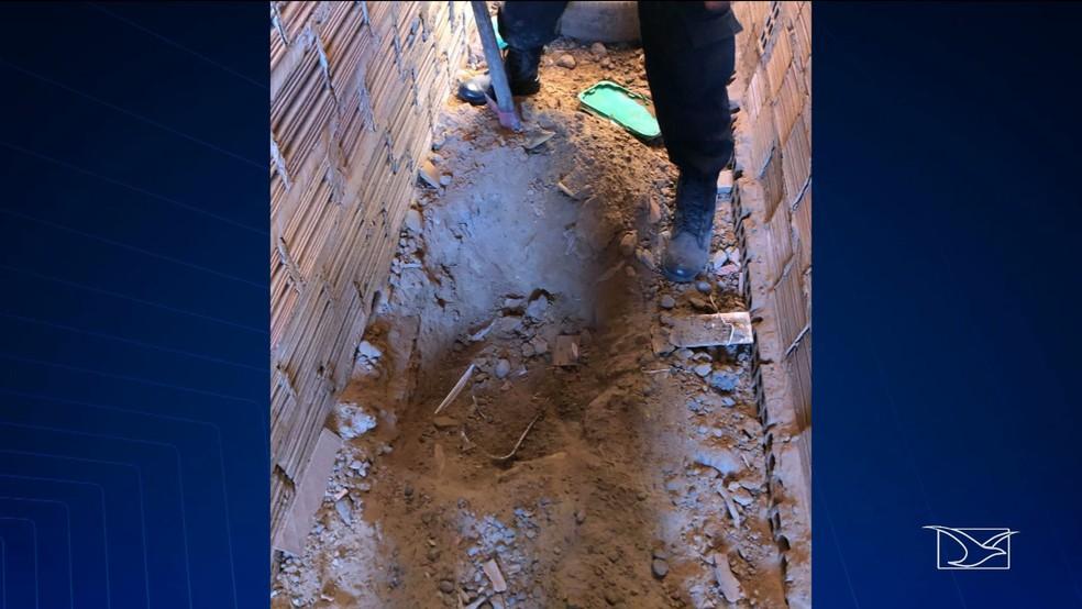 Dinheiro estava escondido em buraco na lateral de uma casa de um dos suspeitos presos por tráfico em Coroatá — Foto: Reprodução/TV Mirante