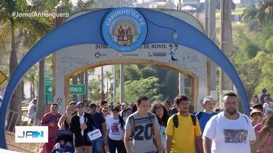 Fiéis percorrem 18 km a pé entre Goiânia e Trindade para pedir bênçãos e agradecer