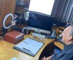 Galvão Bueno trabalha em seu estúdio improvisado | Arquivo Pessoal