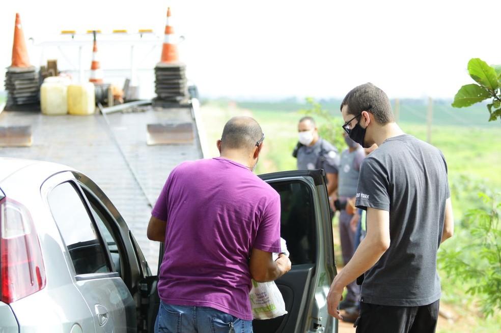 Perícia esteve no local onde corpo foi encontrado na BR-153 em Lins — Foto: J. Serafim/Divulgação