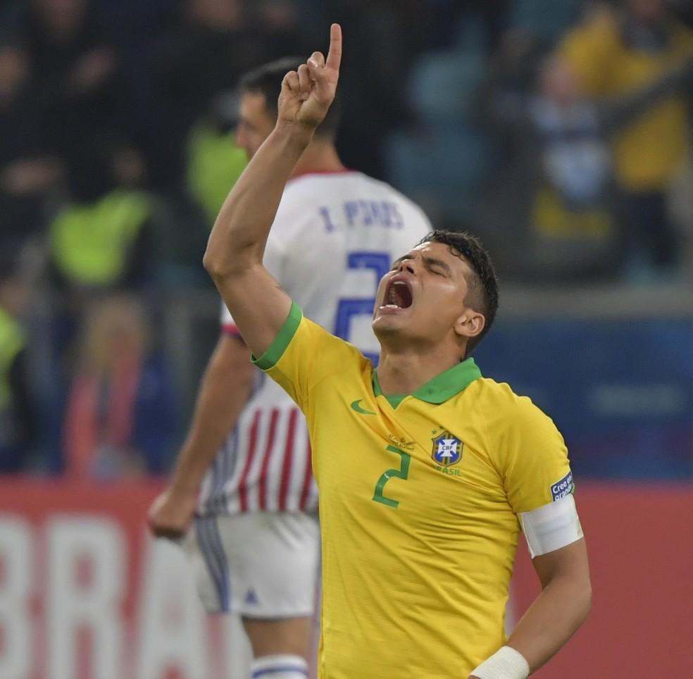 Por outro ângulo: de olhos fechados, o jogador aponta para o céu — Foto: Luis Acosta/AFP