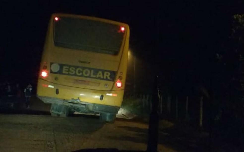 Ônibus foi perseguido por assaltantes em Porto Seguro (Foto: Divulgação / PRE)