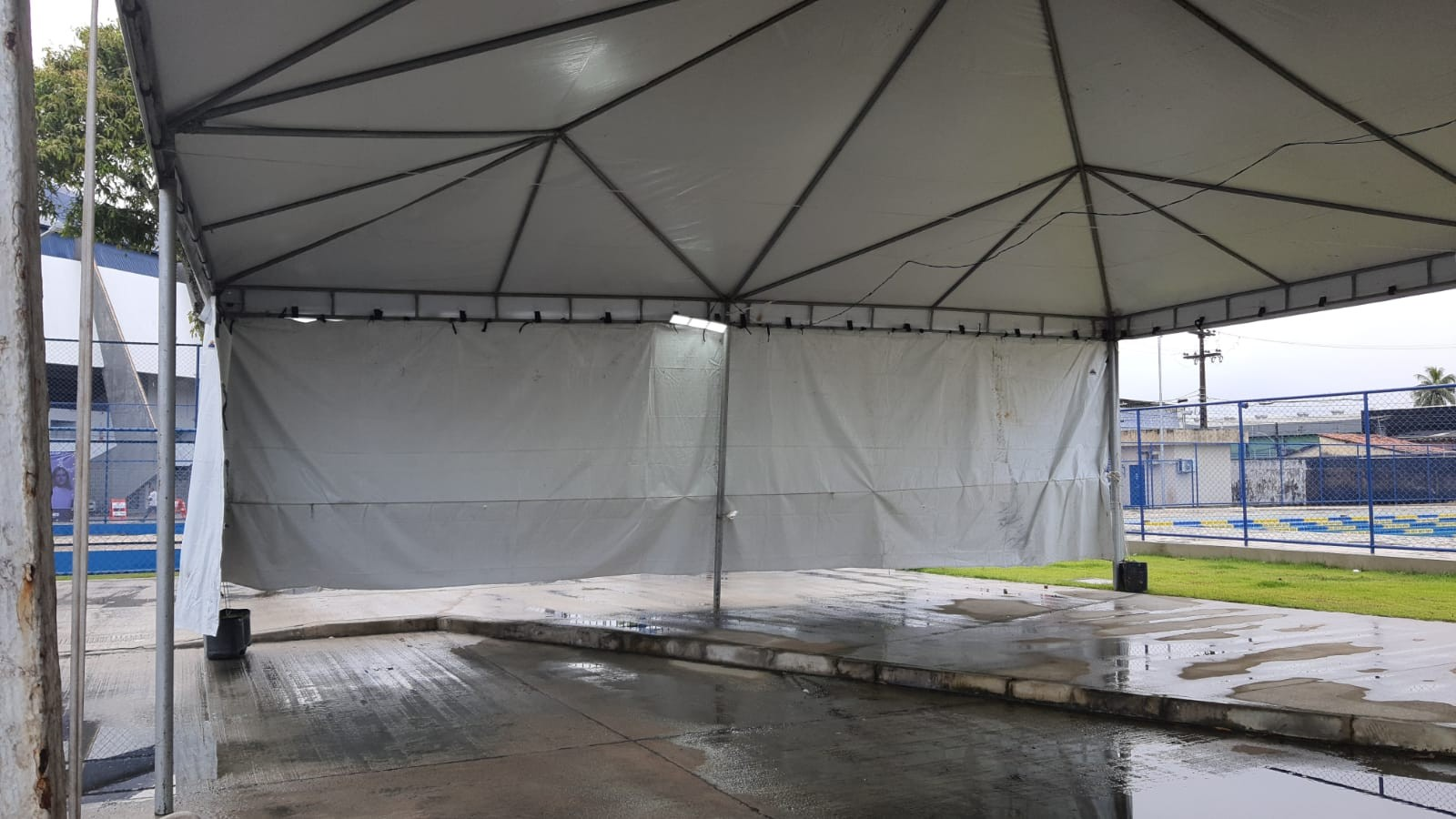 Centro de testagem de Covid é atingido por chuva e vento e fica sem funcionar no Geraldão