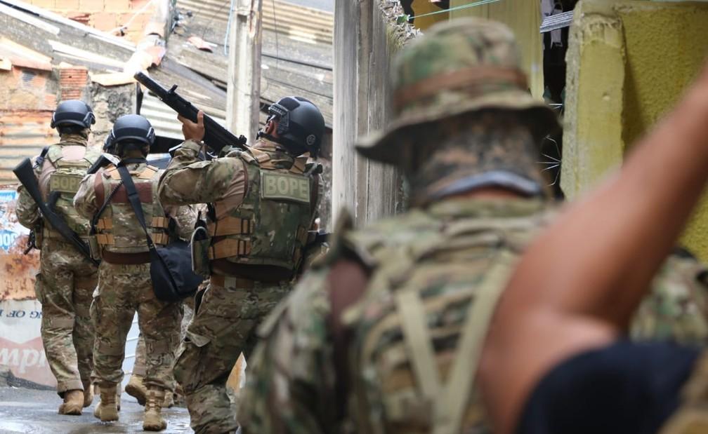 Operação teve apoio de diversos batalhões da Polícia Militar, no bairro da Santa Cruz, em Salvador, no dia 2 de maio   — Foto: Alberto Maraux/SSP-BA