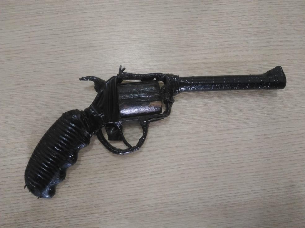 Arma falsa foi feita com isopor, madeira, ferro e fita isolante, segundo a guarda civil — Foto: Divulgação