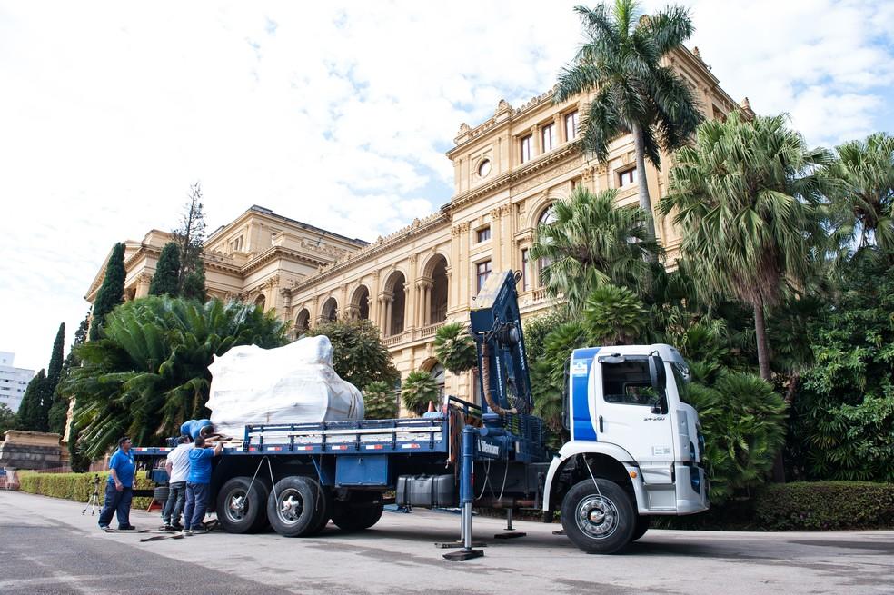 Caminhão transporta um dos veículos do acervo do Museu do Ipiranga em São Paulo  — Foto: José Rosael/Museu Paulista da USP