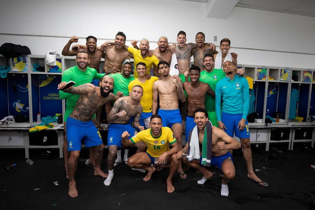 Jogadores fazem pose no vestiário depois da vitória no Nilton Santos — Foto: Lucas Figueiredo / CBF