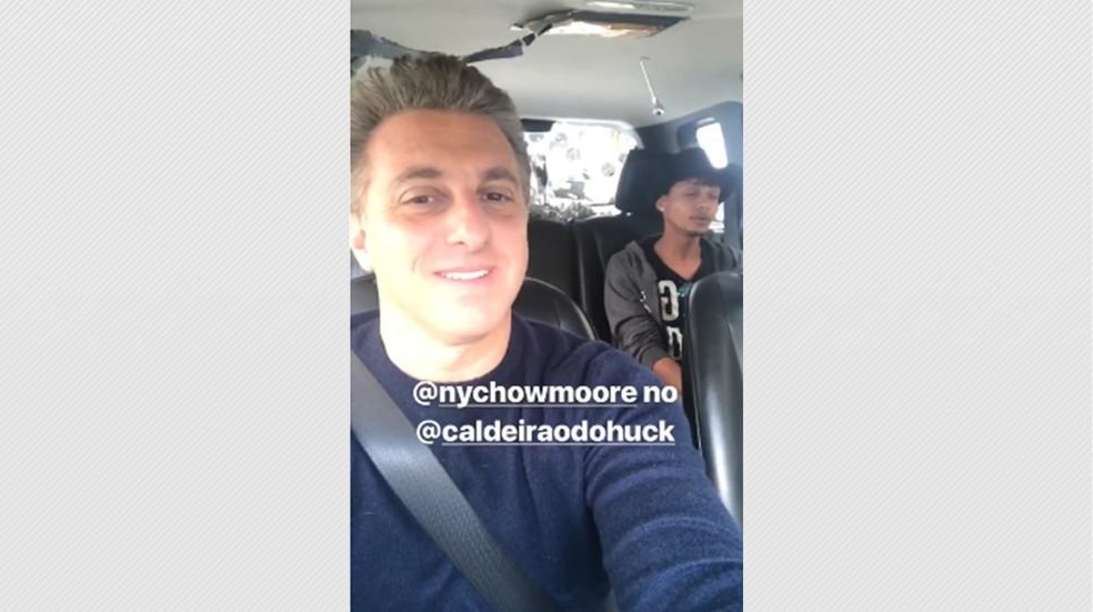 Luciano Huck no 'Vou de Táxi' com Nychow Moore em SP (Foto: Reprodução)