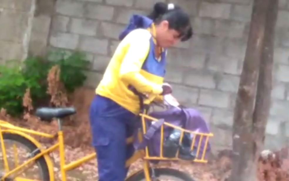 Carteira é filmada rasgando correspondência em Goiânia, Goiás (Foto: Reprodução/TV Anhanguera)