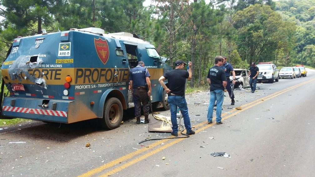Ladrões assaltam carro-forte na PR-170, em Bituruna  (Foto: Divulgação/PM)