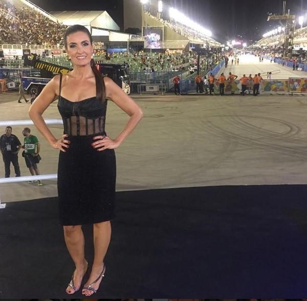 Fátima Bernardes chega com look transparente para trabalhar na Sapucaí  (Foto: Reprodução Instagram)