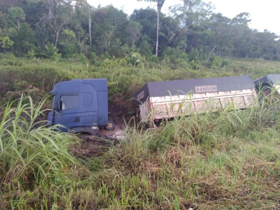 Após a batida, carreta acabou indo em direção à uma vala da rodovia — Foto: Divulgação/Polícia Militar Rodoviária