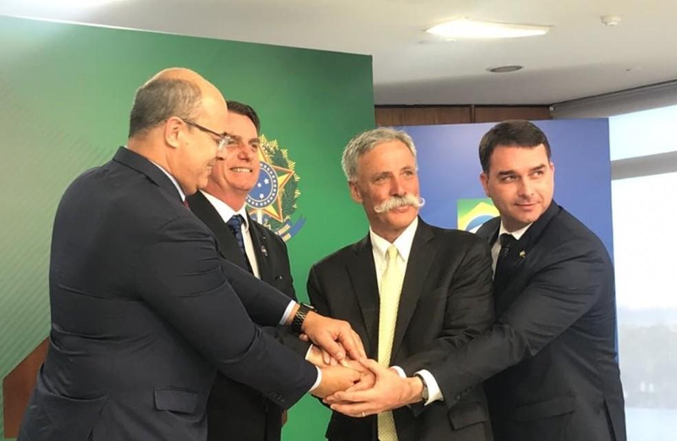 Da esquerda para a direita: Wilson Witzel (governador do RJ); presidente Jair Bolsonaro; Chase Carey (CEO da Fórmula 1); senador Flávio Bolsonaro (PSL-RJ) — Foto: Guilherme Mazui/G1