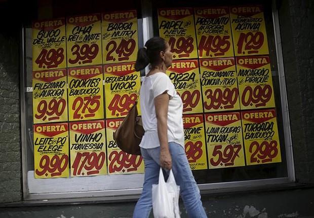 Consumidora passa por cartazes com preços de produtos em mercado no Rio de Janeiro ; inflação ; liquidação ; varejo ; compras ; custo de vida ;  (Foto: Ricardo Moraes/Reuters)