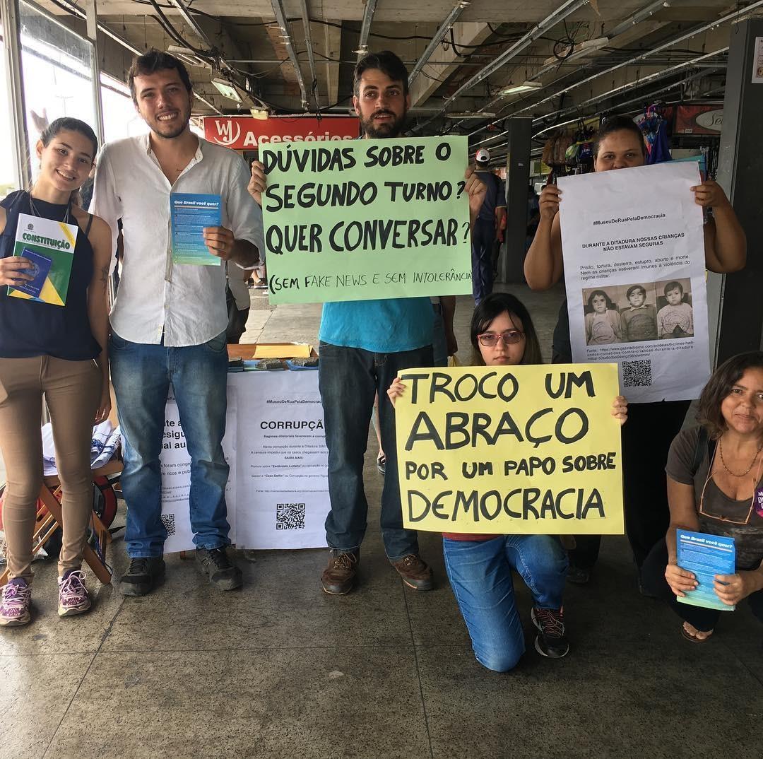 """Thiago Ávila (o segundo da esquerda para a direita) posa ao lado de outros voluntários da """"Banquinha da Democracia"""""""