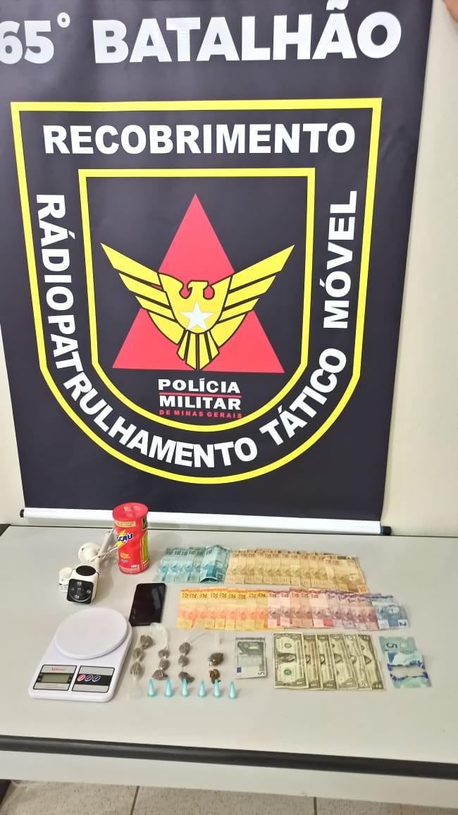 Polícia apreende drogas e notas de dólares durante ocorrência de tráfico, em Guanhães