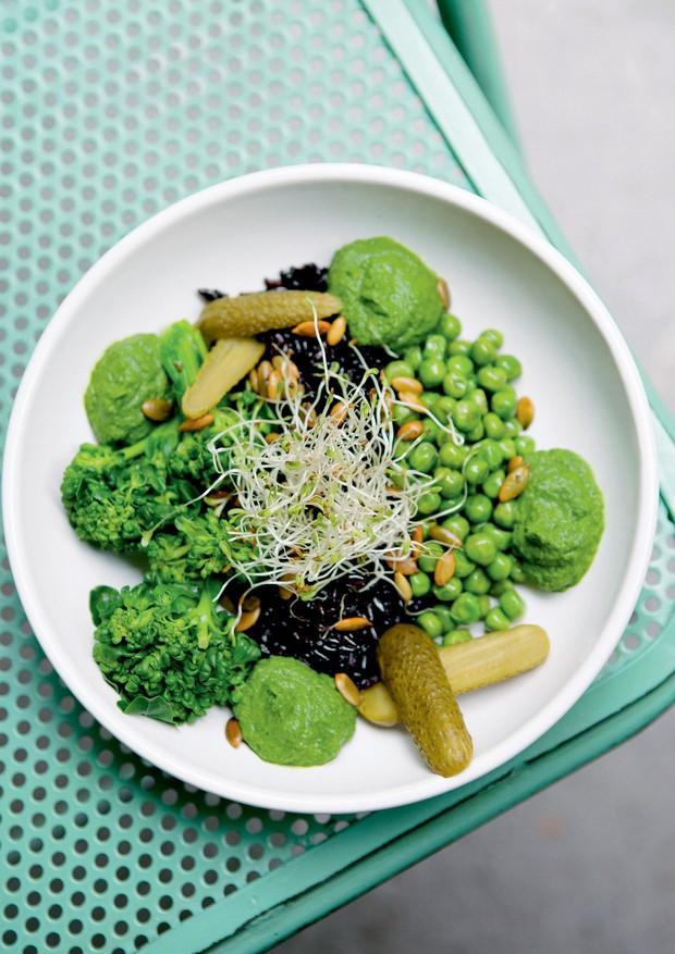 Cumbuca vegana de arroz negro com ervilhas, brócolis e creme de espinafre da Padoca do Maní, em São Paulo (Foto: Divulgação e Reprodução/Instagram)