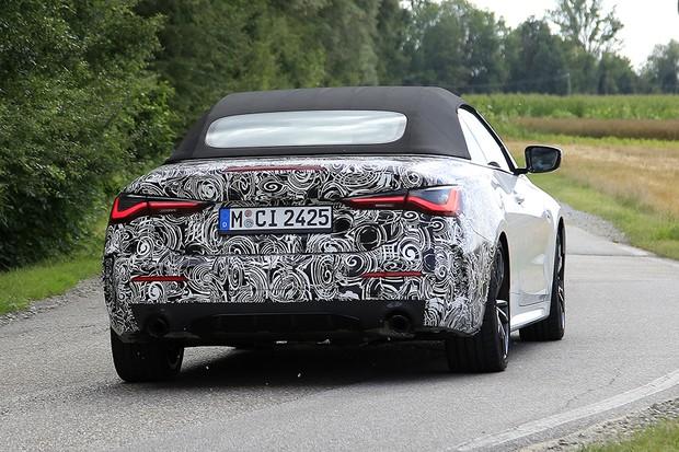 Uma foto da traseira do BMW Série 4 de camuflagem (Foto: Automedia )