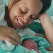 Dona de casa dá à luz a filha dentro de um táxi (Reprodução/TV Globo)