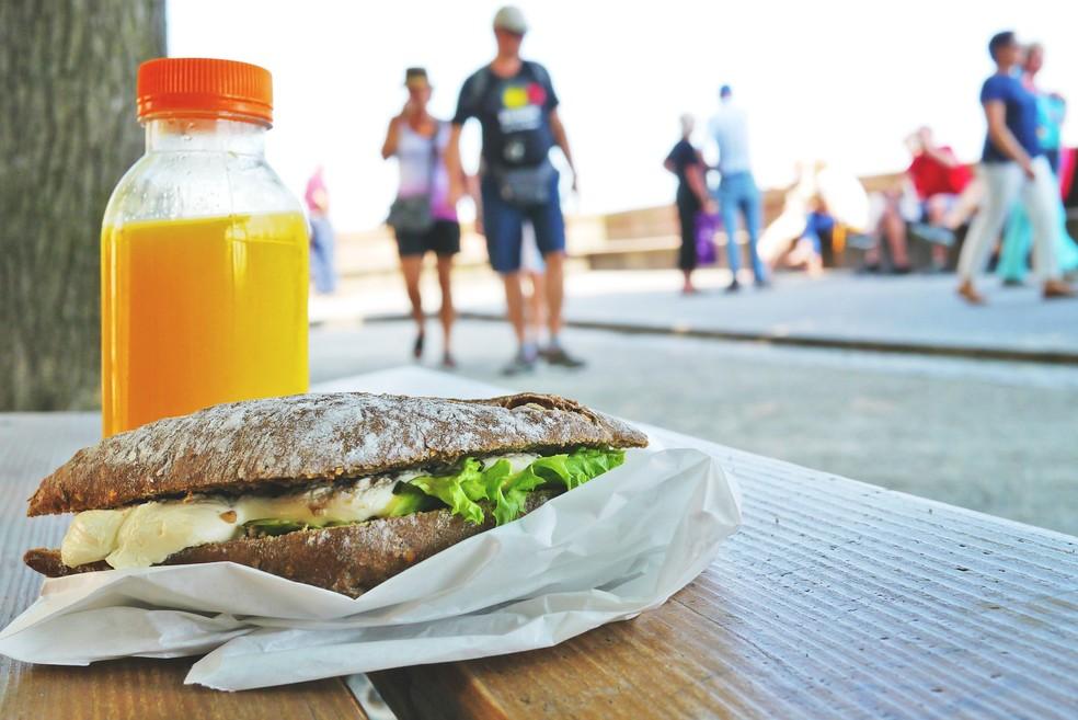 Uma pausa para o almoço fora do escritório é importante para diminuir o estresse. — Foto: Pixabay