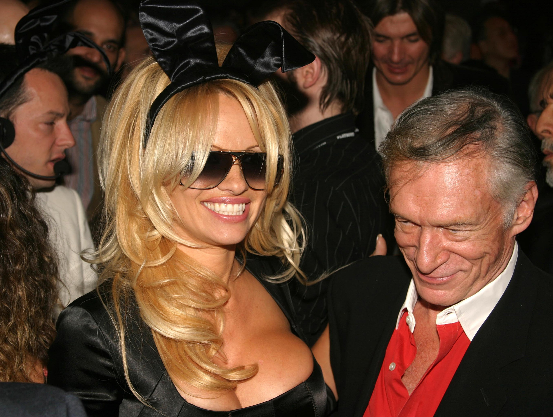 A atriz e modelo Pamela Anderson com o empresário Hugh Herfner, morto em 2017 aos 91 anos (Foto: Getty Images)