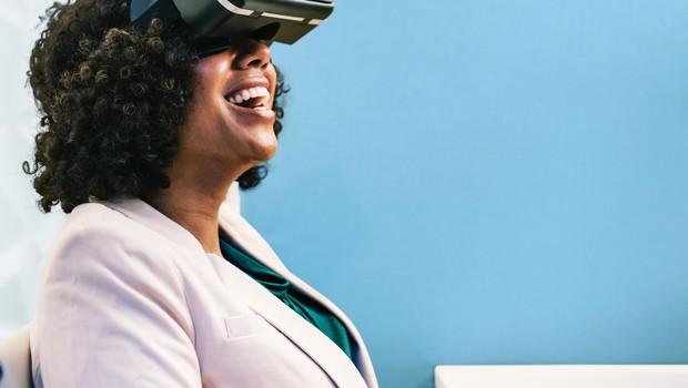 Pesquisa, mulher, óculos virtual (Foto: Reprodução/Nappy)