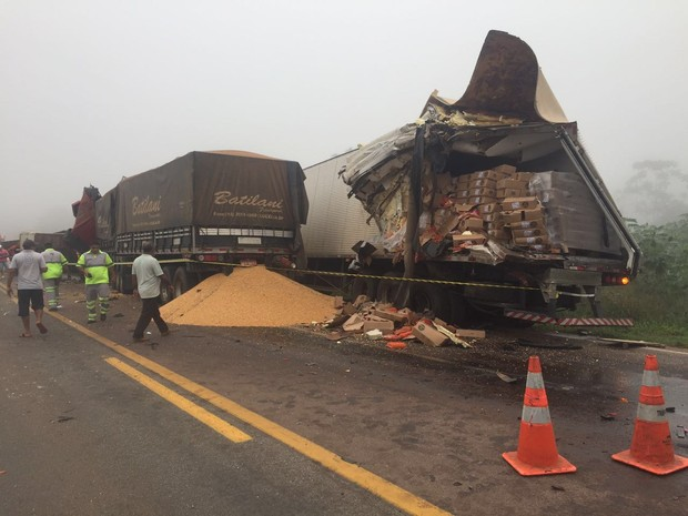 Acidente com 4 carretas e caminhão mata duas pessoas em serra de Mato Grosso (Foto: Assessoria/PRF-MT)