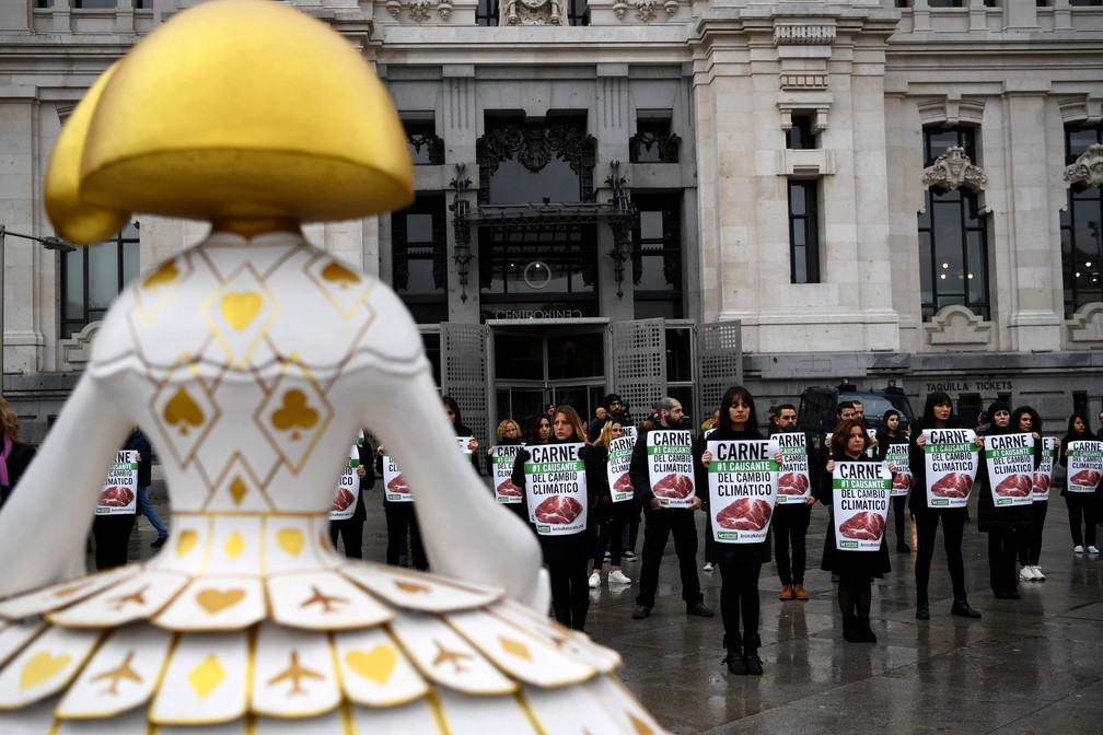 Protestos pelo clima em Madri, na Espanha. Manifestantes se reuniram no domingo (1), às vésperas da cúpula do clima da ONU  — Foto: Gabriel Bouys/AFP