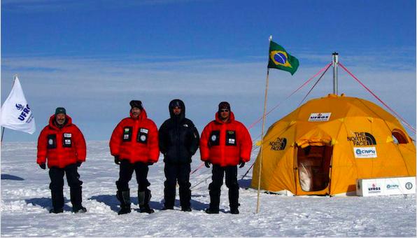 Pesquisadores brasileiros no interior do manto de gelo Antártica, de onde originam-se a maioria dos icebergs