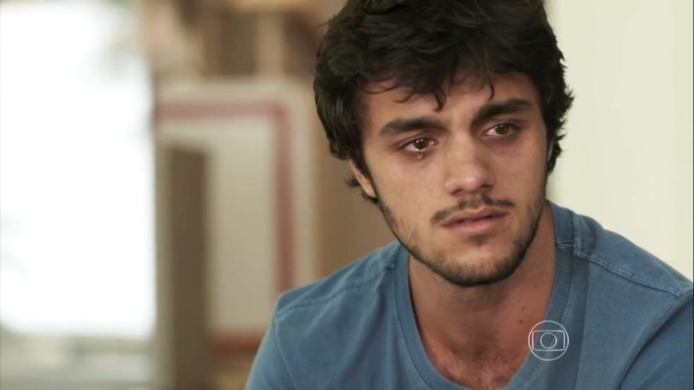 Jonatas (Felipe Simas) é aconselhado por Carolina (Juliana Paes) a esquecer Eliza (Marina Ruy Barbosa), em 'Totalmente Demais' — Foto: Globo