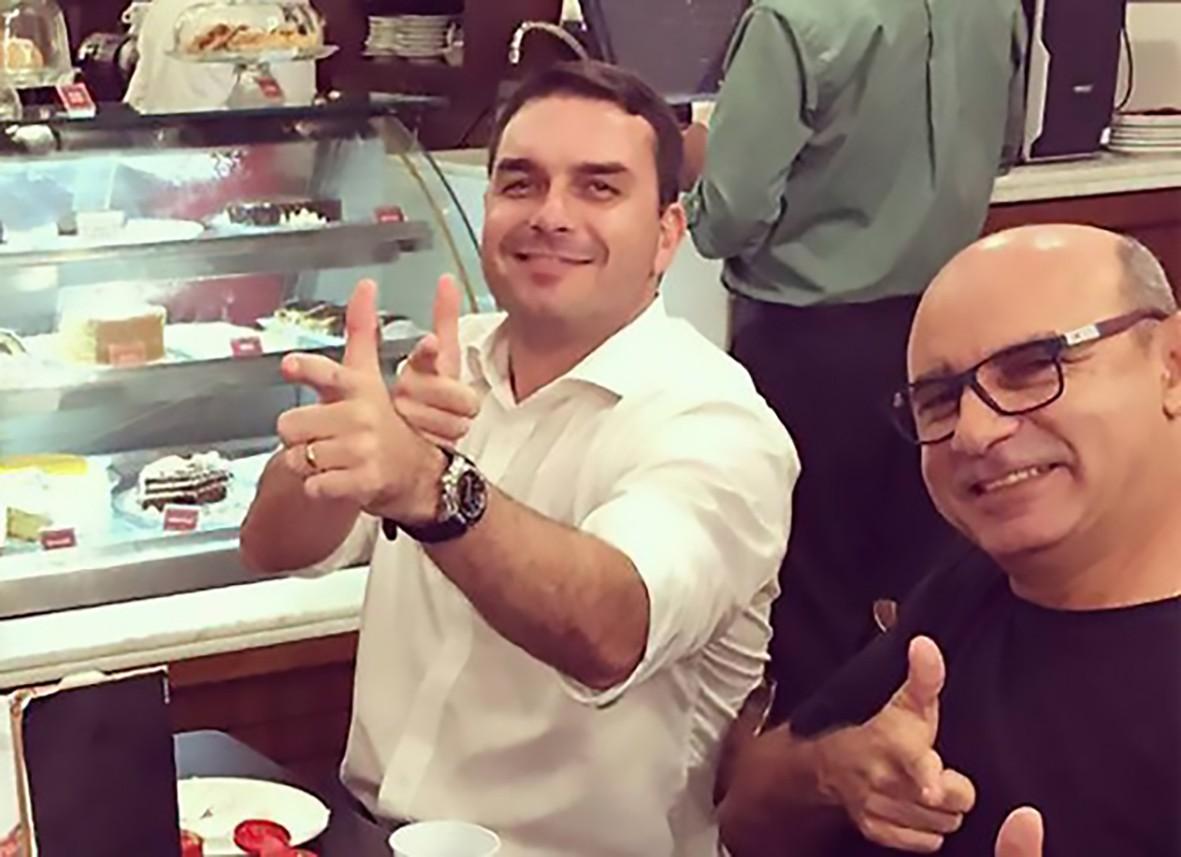 Flávio Bolsonaro em momento de descontração com o ex-assessor Fabrício Queiroz