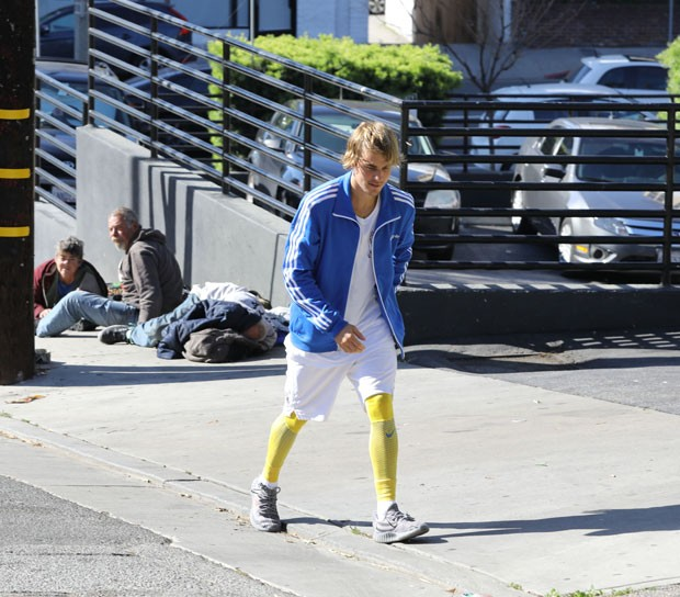 Justin Bieber aborda mendigos na rua (Foto: The Grosby Group)