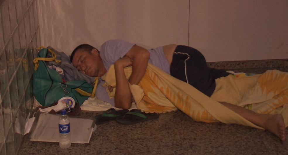 O garçom cearense mora em Brasília. Decidiu vir para o Fortaleza para fazer uma cirurgia. Foi assaltado e está sem dinheiro (Foto: Reprodução/TV Verdes Mares)