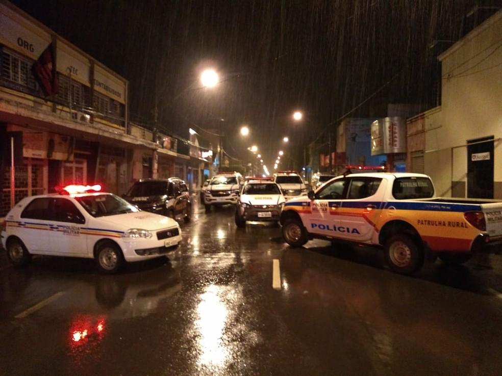 Polícias Civil, Militar e Federal atendem ocorrência; pelo menos 15 criminosos participaram da ação — Foto: Samir Alouan/Pontal Online/Divulgação